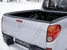 Накладка на задний откидной борт со скотчем 3M Mitsubishi L200 2007-2013 можно купить в 4x4mag.ru